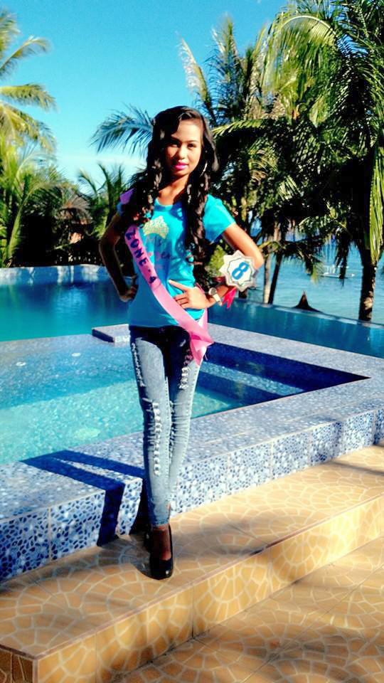 Boholana beauty wearing jeans and black high heels for Miss Virgen 2015